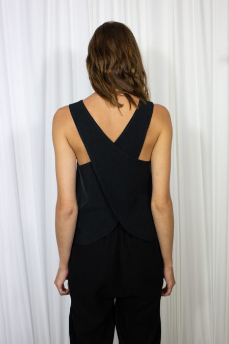 H Sleeveless Black by Table